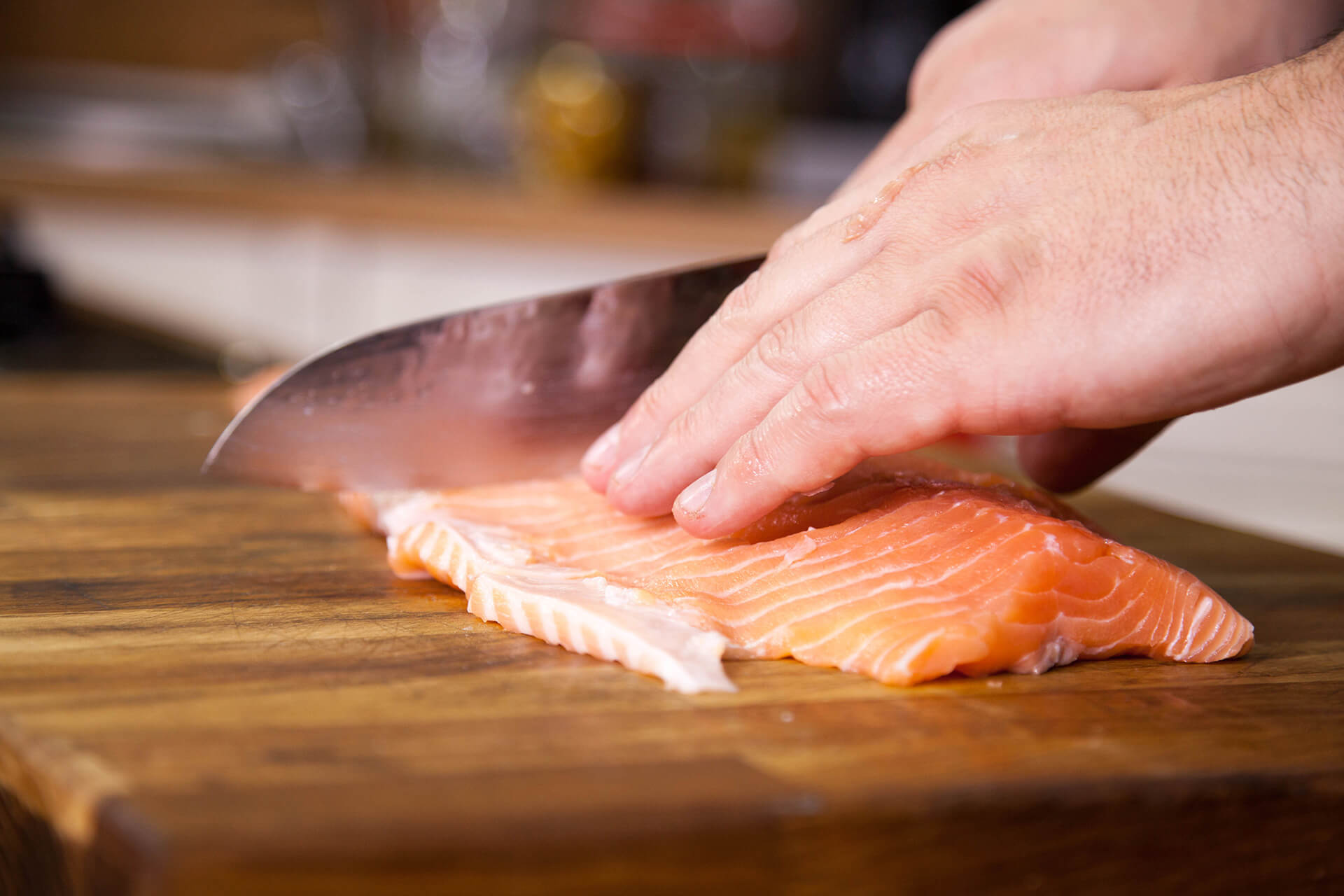 Person cutting a salmon / Personne coupant un saumon